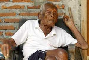 epaselect epa05513721 A 145 years old Indonesian man, Sodimejo, also called 'Mbah Gotho' sits in front of his house in Sragen, Central Java, Indonesia, 29 August 2016. Mbah Gotho is believed as the world's oldest man with documentation that stated he was born in 1870.  EPA/ALI LUTFI