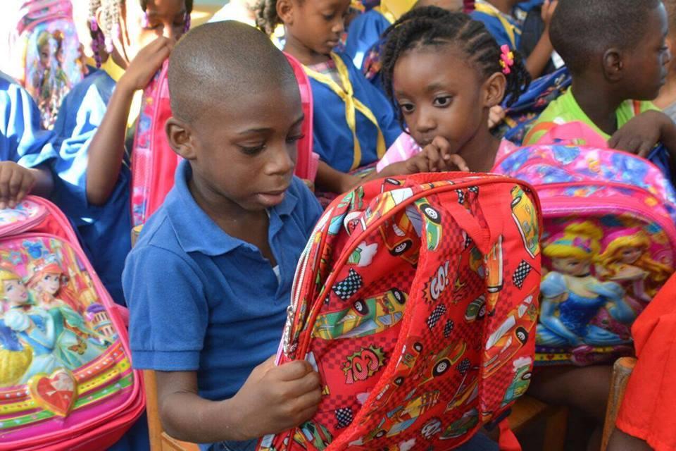 c3eec9fccf7 Foto reportage: First lady verdeelt schooltassen op verschillende ...