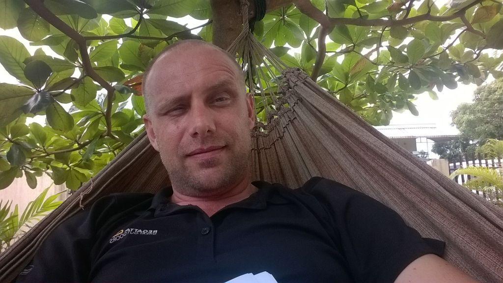 Mister Black in een hangmat - FamilieNieuws.com
