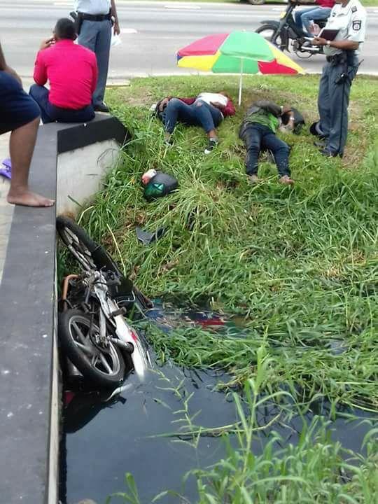 in de goot Suriname bromfiets FamilieNieuws Pad van Wanica