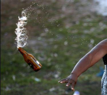 fles gooien auto PCS Suriname FamilieNieuws