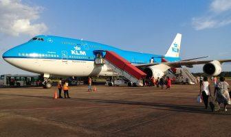 Bekend gezicht voor Surinamers: wandelen naar de KLM Boeing op Zanderij
