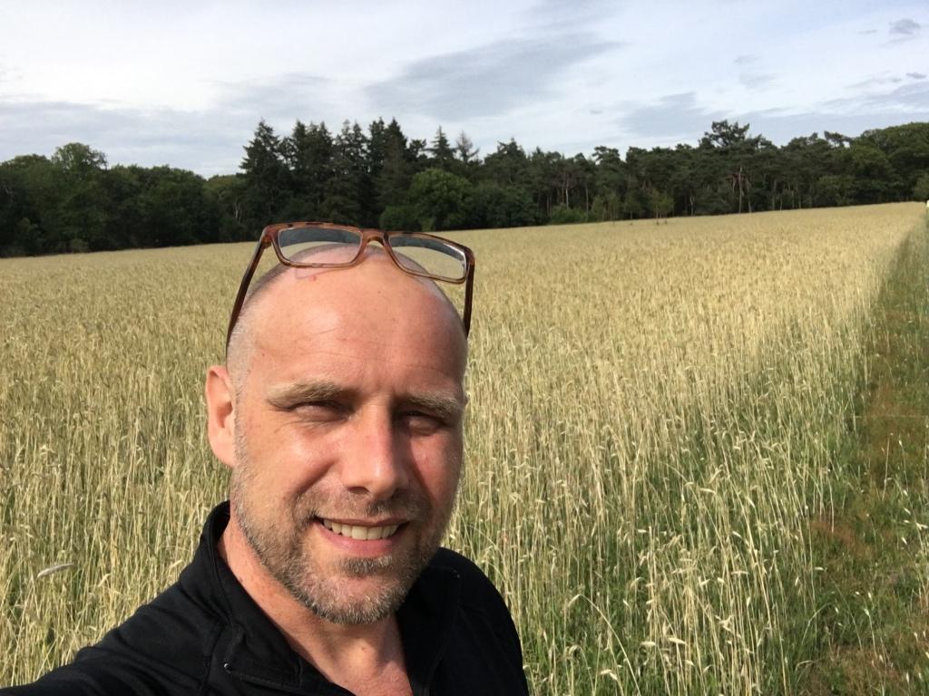Mister Black aka Richard van der Horst van FamilieNieuws in korenveld