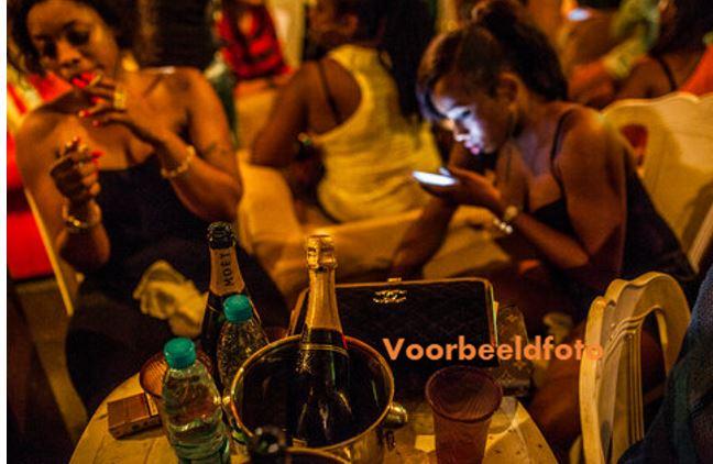 streetparty Suriname Paramaribo politie vrouwen feest feestje