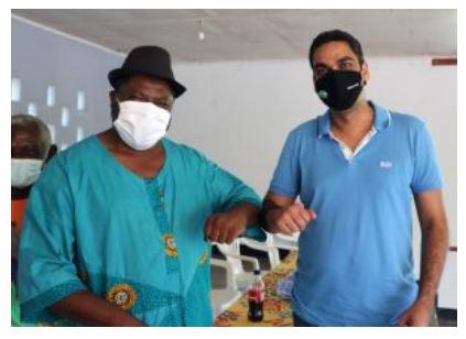 Video – Granman Aboikoni van Suriname zal ook het prikje nemen!